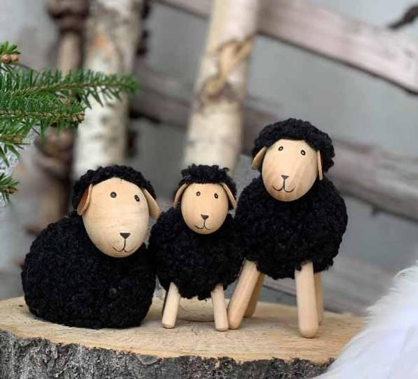 Bilde av Sau av tre med sort ull, liggende, stor